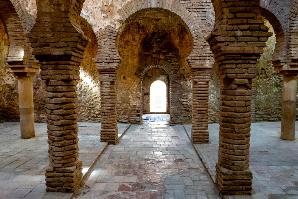Oude Arabische baden in Ronda, openbare gratis toegang tot oude Arabische ruïnes in Spanje, prachtige foto van verloren moslimcultuur in Andalusië.