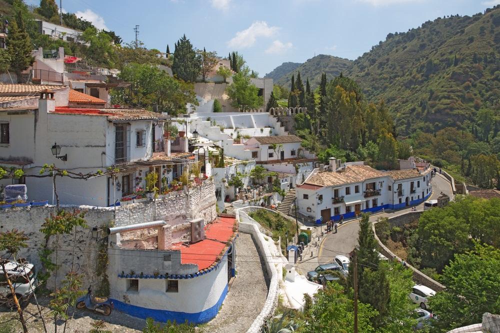 Sacromonte dorp beroemd om zijn huizen gemaakt in grotten op de hellingen van de heuvels, Granada, Spanje.