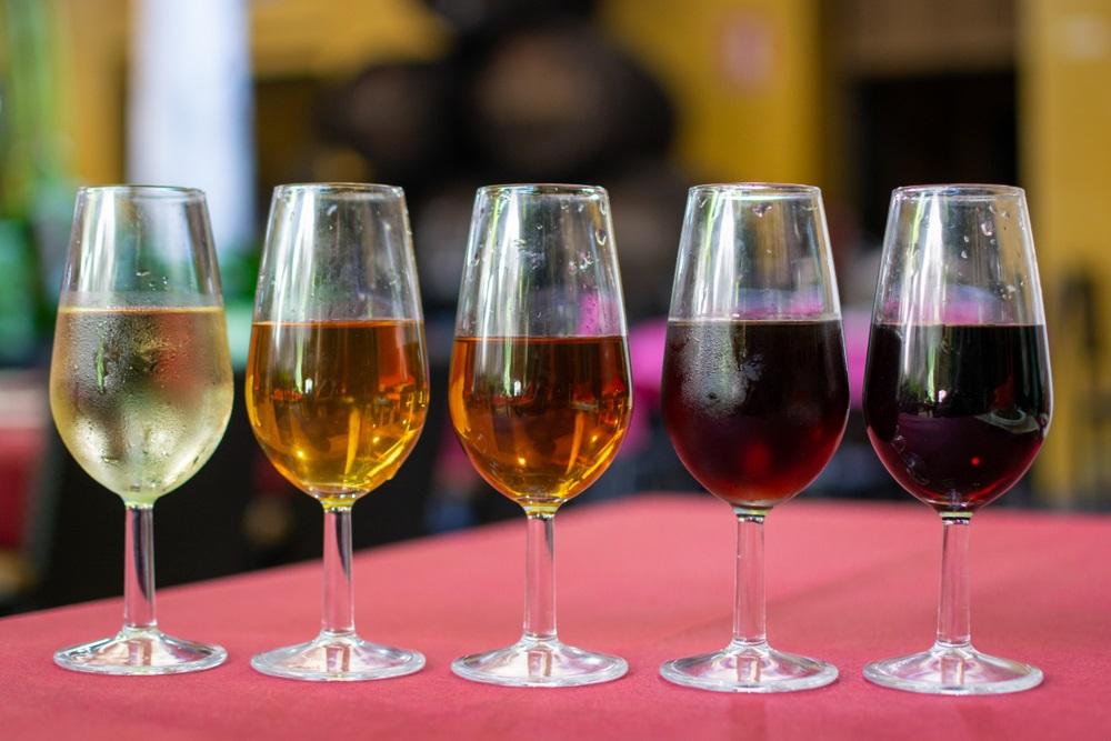 Sherry-wijnproeverij, selectie van verschillende versterkte Jerez-wijnen in glazen van droog tot heel zoet, Jerez de la Frontera, Andalusië, Spanje.