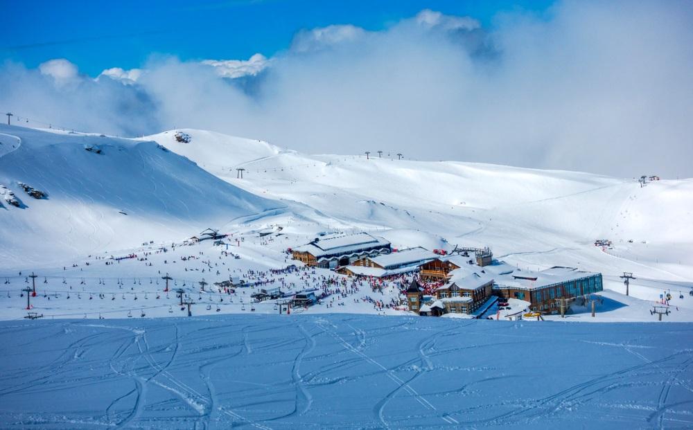 Skipistes van het skigebied Pradollano in de bergen van de Sierra Nevada in Spanje, Andalusië.