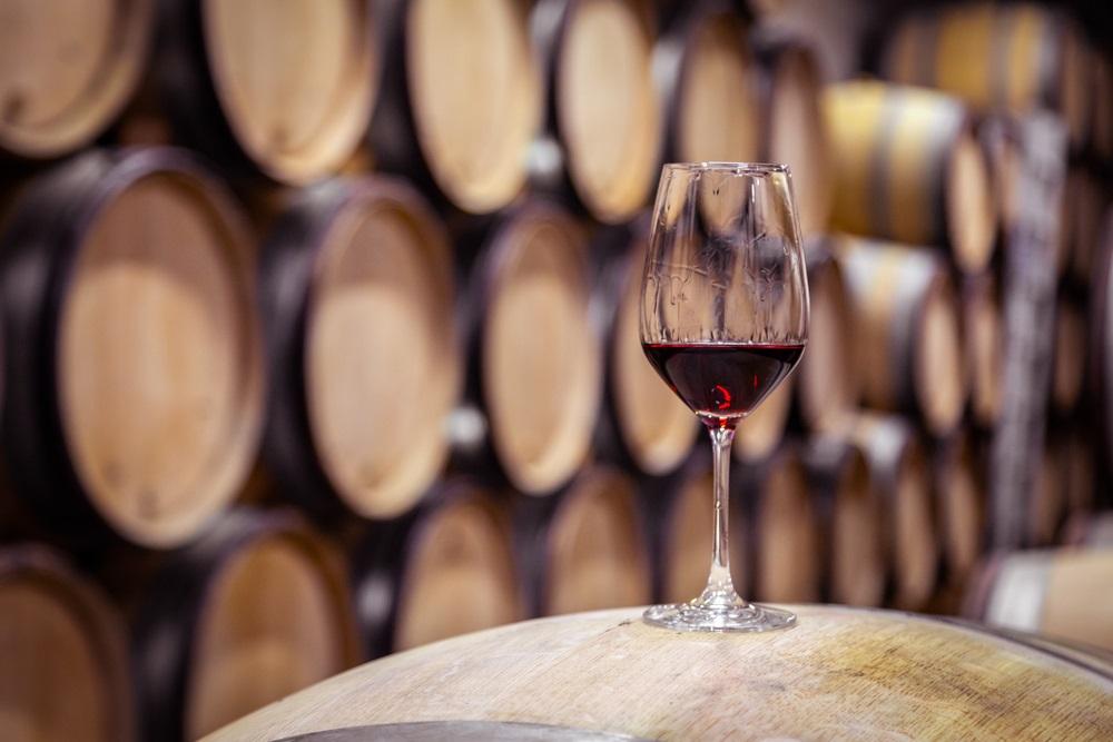 "Glas rode ""Ronda wijn"" in een Bodega in de omgeving. Ronda, Andalusië, Spanje."