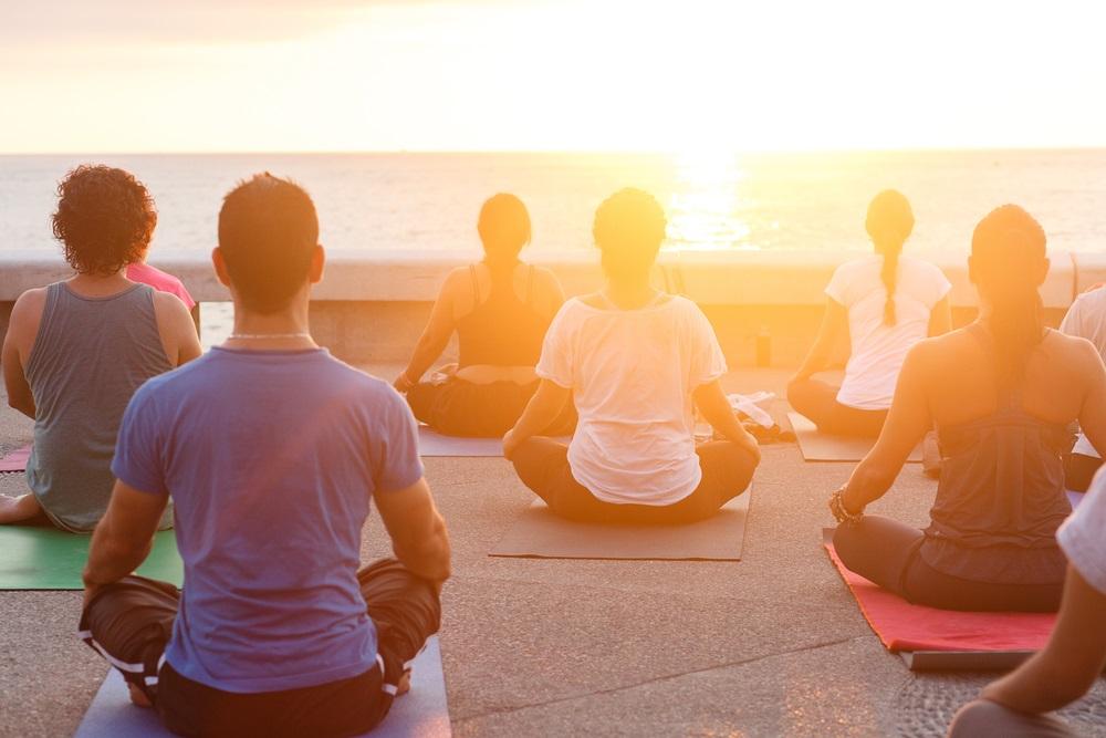 Zonsondergang meditatie aan het strand. Spirituele vakantie Andalusië.