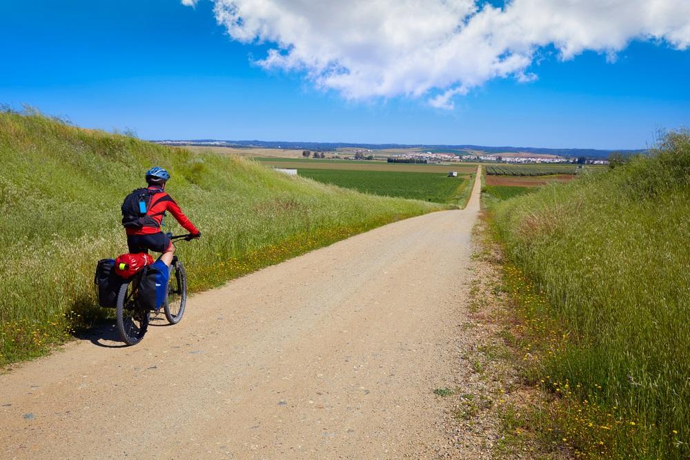 Fietser tijdens een zelfgeleide fietsvakantie in Andalusië, Spanje.