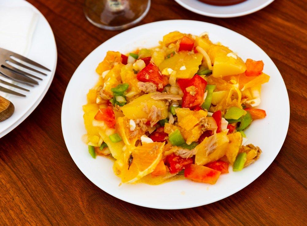 Salade van vis en verse groenten in een restaurant in Alhaurin el Grande. Andalusië, Spanje.