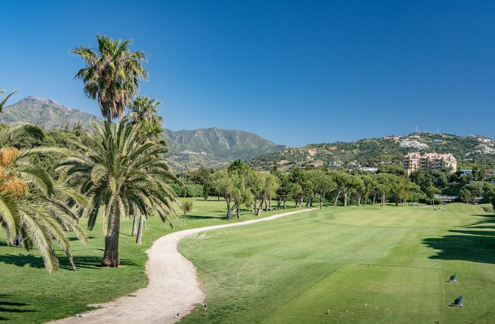 Golfbaan in Marbella, Costa del Sol, Spanje met de berg La Concha op de achtergrond. Andalusië, Spanje.