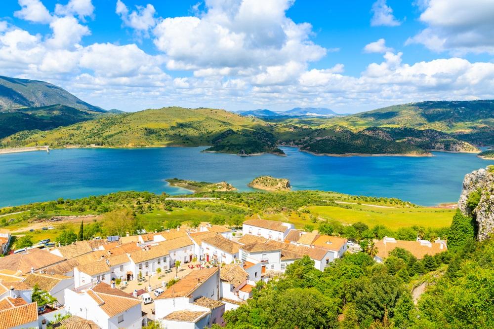Uitzicht op het dorp Zahara de la Sierra met meer en bergen op de achtergrond, Nationaal Park Grazalema, Spanje.