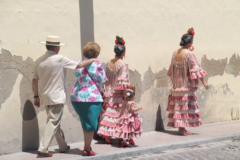 Inwoners van Alora zijn op weg naar het Flamecofestival. Alora, Andalusië, Spanje.