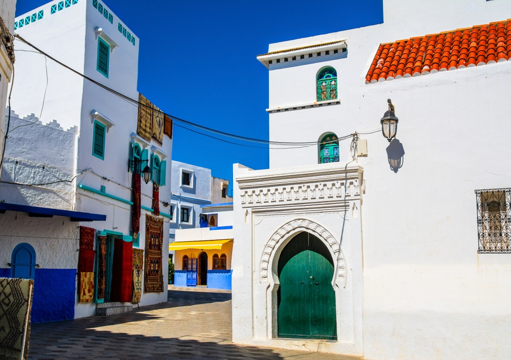 Prachtig uitzicht op straat met typische Arabische architectuur in Asilah. Locatie: Asilah, Noord-Marokko, Afrika.