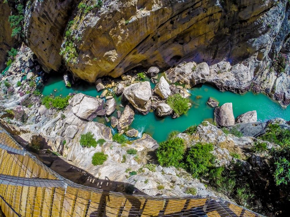 Prachtig uitzicht op het bergpad Caminito Del Rey langs steile kliffen. Andalusië, Spanje.