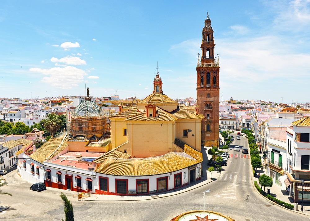 Kerk van St. Peter (San Pedro) en stadsgezicht van Carmona, provincie Sevilla, Andalusië, Spanje.