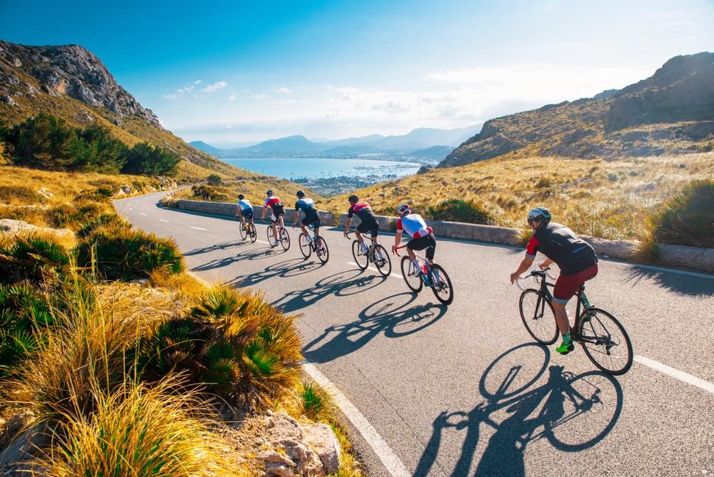 Een wielrenvakantie in de Sierra Nevada; wielrennen in een groep. Andalusië, Spanje.