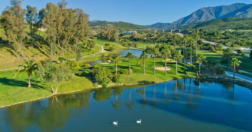 Estepona Golf; een van de prachtige holes. Golf in Andalusië, Spanje.