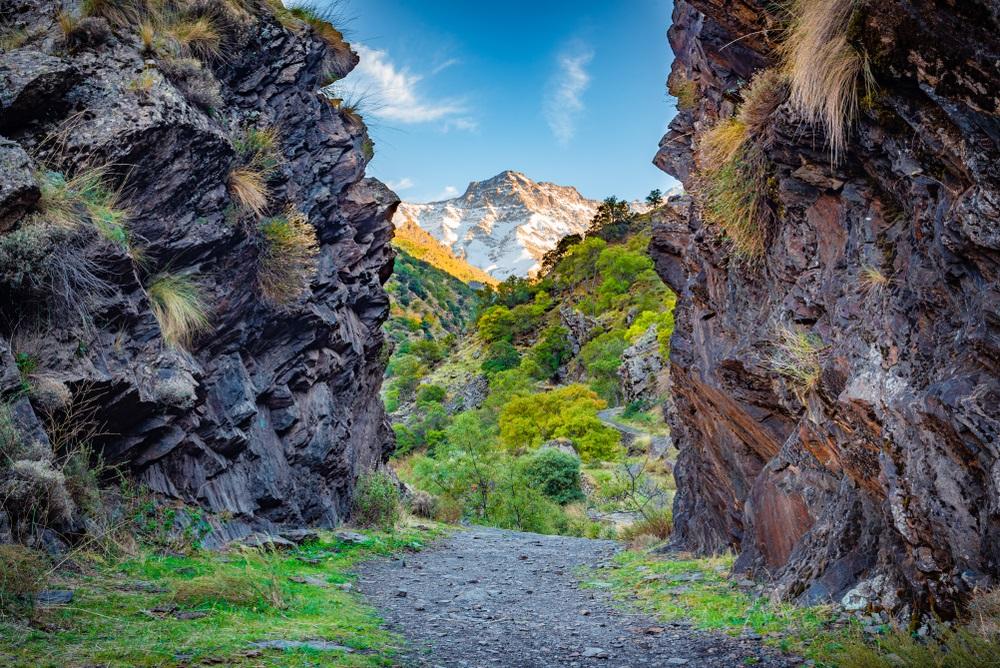 Prachtig uitzicht vanaf het wandelpad Vereda de la Estrella in het natuurpark van Sierra Nevada.