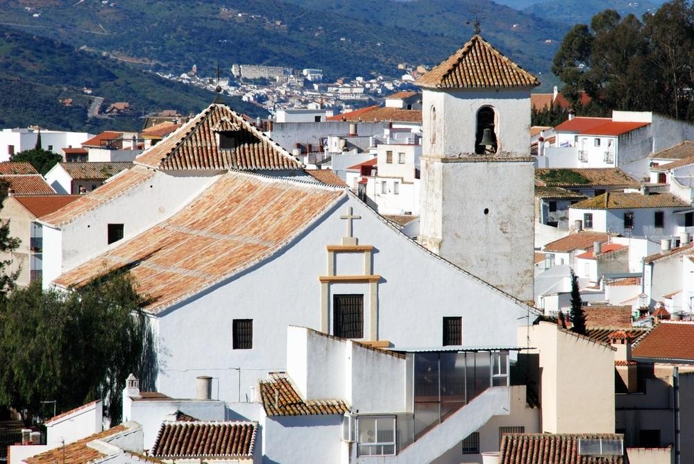 De charmante kerk van Colmenar in het centrum. Colmenar, Spanje, Andalusië.