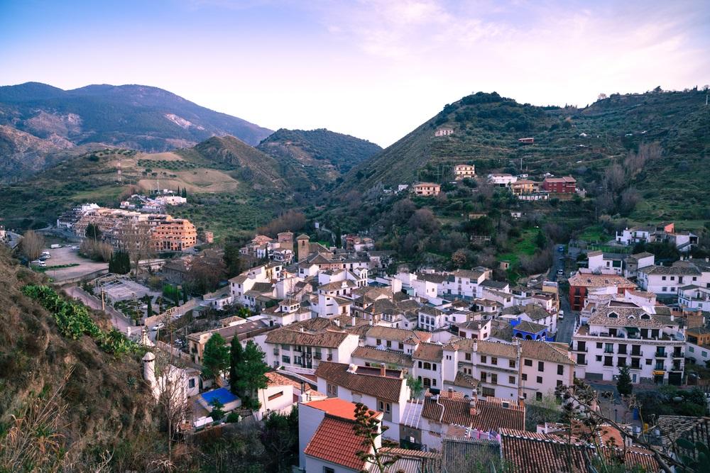Avond licht. Bovenaanzicht van het mooie dorp Monachil. Provincie Granada. Spanje, Andalusië.