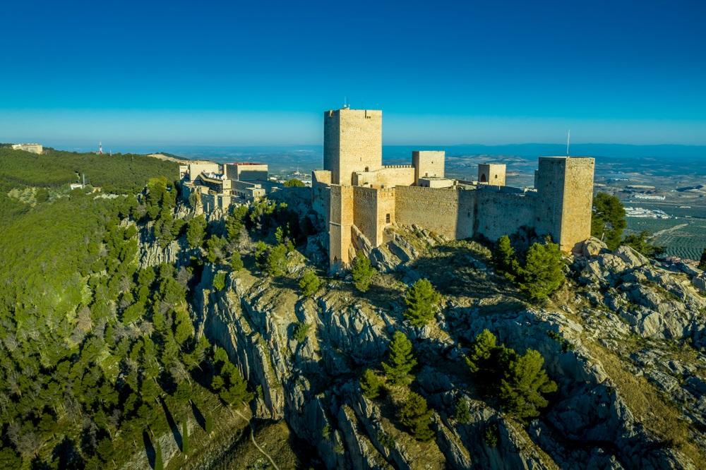 Luchtfoto panorama-view van Jaen middeleeuws kasteel in Andalusië Spanje met Tour de Homage en omliggende muren. Paradores hotels in Andalusië.