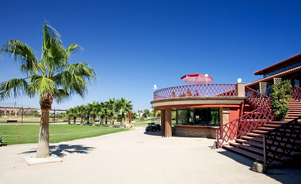 Golfclubhuis Playa Serena in de buurt van Roquetas aan de Costa del Almeria in Spanje op een zonnige dag.