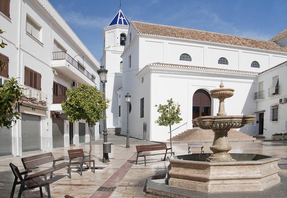 Plein en kerk van de incarnatie in Alhaurin el Grande, Andalusië, Spanje.