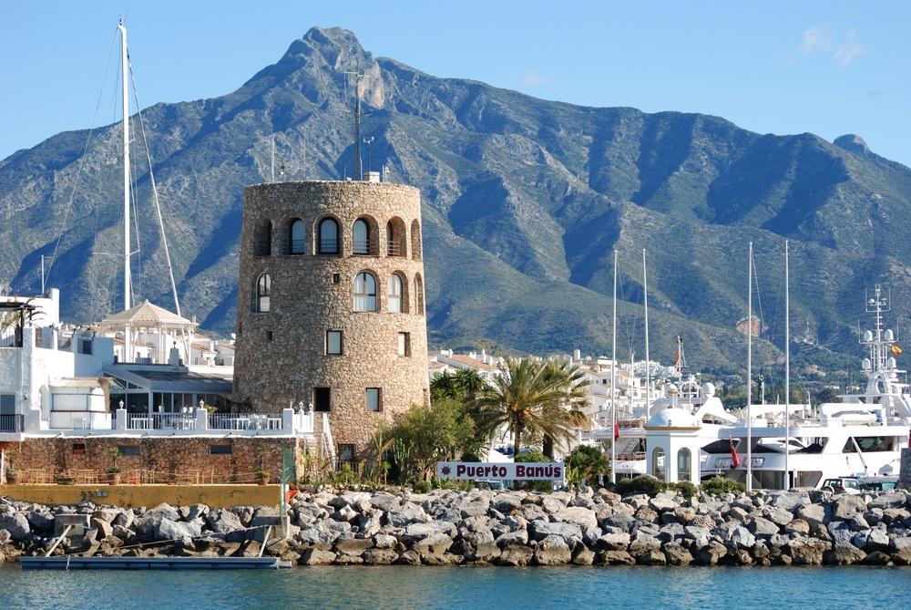 Haveningang met de uitkijktoren aan de linkerkant en de berg La Concha aan de achterkant, Puerto Banus, Marbella, Costa del Sol, provincie Malaga, Andalusië, Spanje, West-Europa.