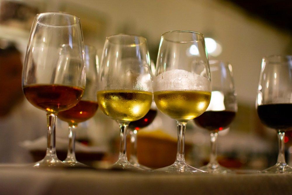 Sherry-wijnproeverij in wijnkelders, selectie van verschillende versterkte wijnen van droog tot heel zoet in glazen, Jerez de la Frontera, Andalusië, Spanje.