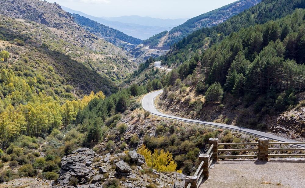 Bekijk de kronkelende A337-weg vanaf de Puerto de la Ragua-bergpas over de Sierra Nevada-bergen in Andalusië, Spanje.