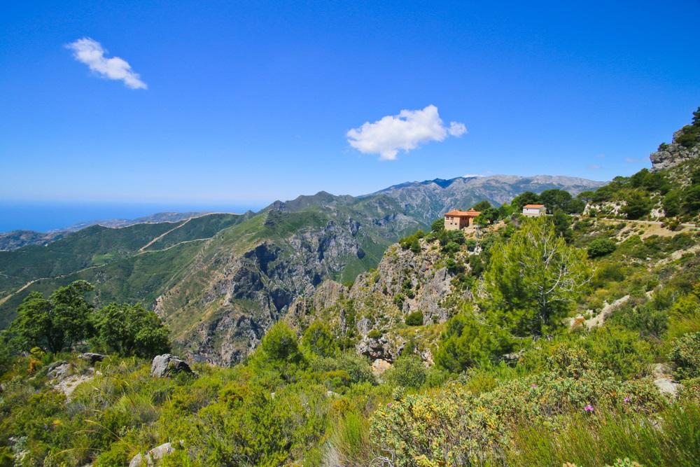 Sierra de Tejeda, Almijara y Alhama-gebergte in de buurt van Nerja, Spanje. Panoramisch uitzicht over bergen in zonnige dag.