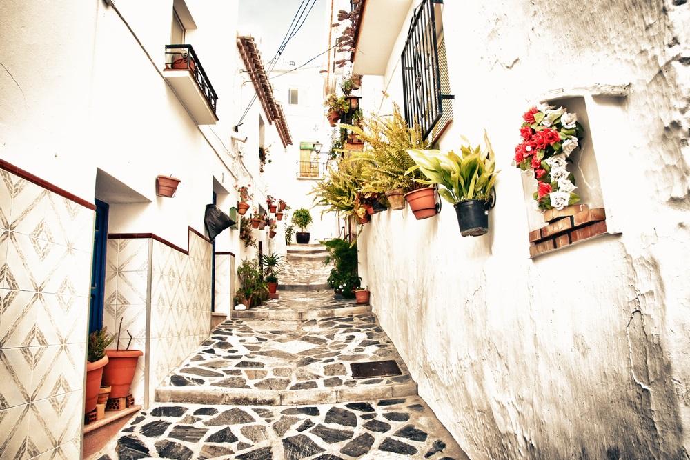 Pittoresk straatje in het centrum van Competa, Andalusië, Spanje.