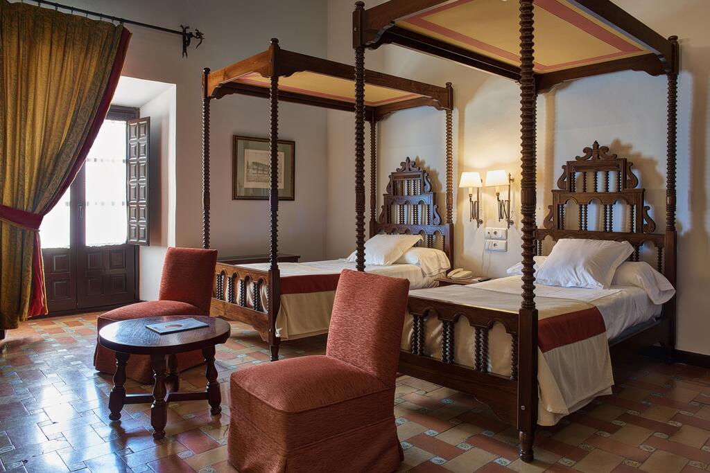 Karakteristieke hotelkamer in Parador de Úbeda. Paradores Hotels in Andalusië.