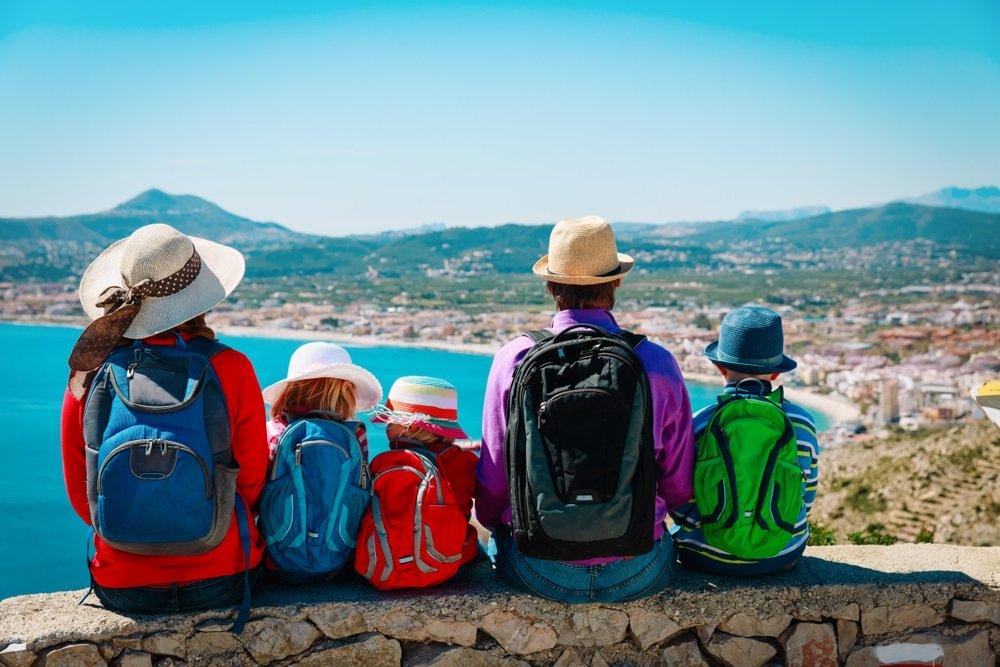 Gezin maakt een individuele rondreis door Andalusië, Spanje.