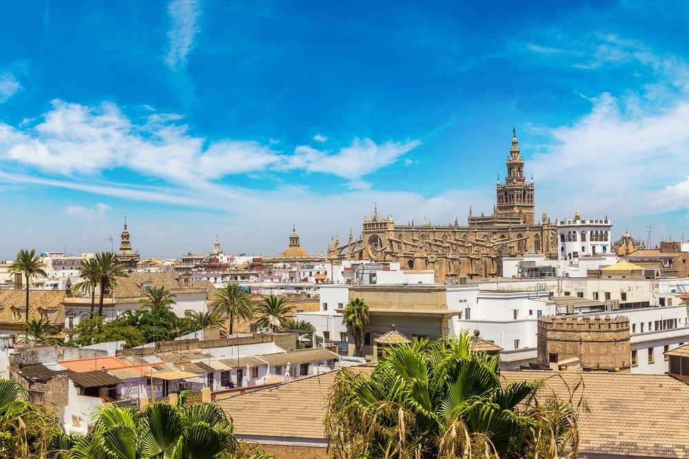 Panoramisch luchtfoto van Sevilla in een mooie zomerdag, Spanje, Andalusië.