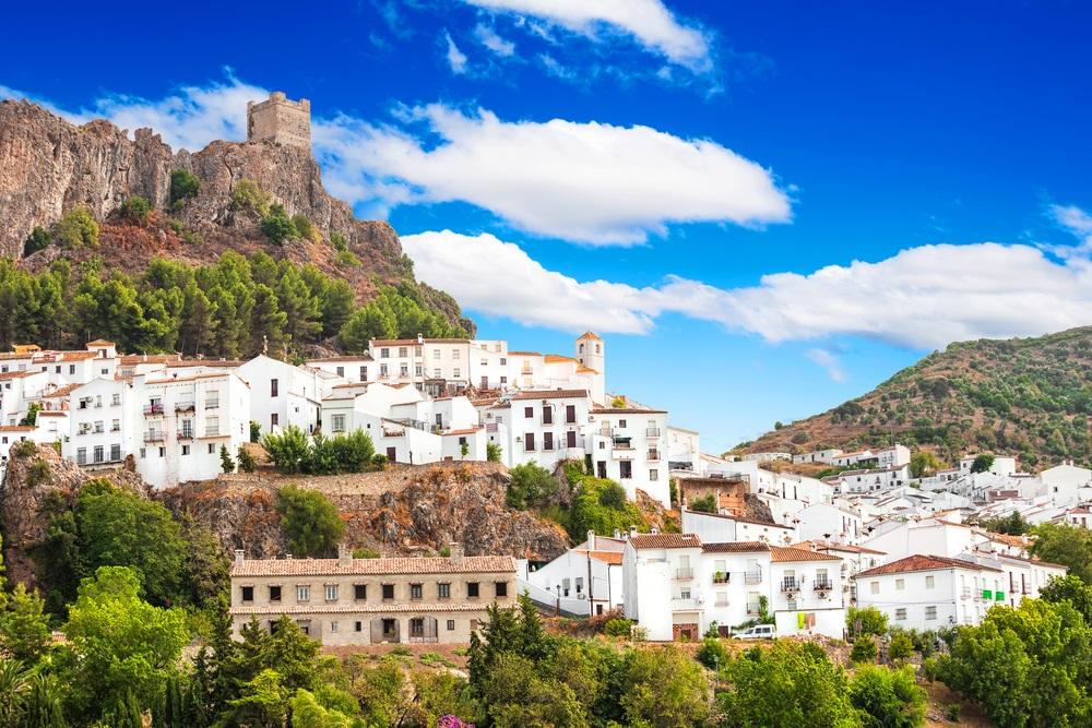 Zahara de la Sierra, prachtige stad gelegen in de Sierra de Grazalema, Cadiz, Andalusië, Spanje.